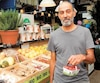 Mario Lavigne s'est acheté des fraises bio, lundi au marché Atwater à Montréal. Il ne mange que du bio par crainte des pesticides.