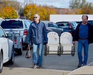 Benoît et Robert Tremblay, après avoir acheté des bancs du Colisée, samedi dernier.