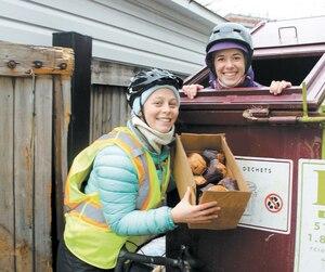 Laurence Williams et Andréanne Lalonde sont fières d'éviter le gaspillage en récupérant les aliments encore salubres jetés aux poubelles, comme ces muffins.