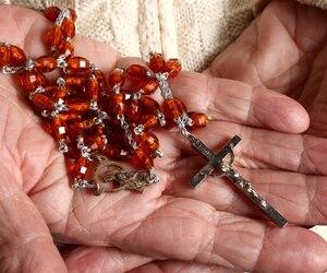 rosario nelle mani di una persona anziana main chapelet religion soeur prière