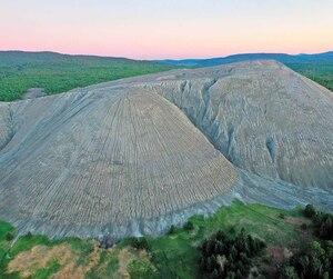 À Thetford Mines et à Asbestos, les compagnies minières ont laissé en héritage près de 800millions de tonnes de résidus qui forment des montagnes comme celle-ci.