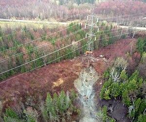 Le pylône tenait sur trois pattes hier après un glissement de terrain.
