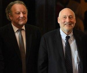 L'expert anticorruption suisse Mark Pieth (gauche), le prix Nobel d'économie Joseph Stiglitz (centre) et le président du Panama Juan Carlos Varela.