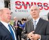 Alain Bellemare, président et chef de la direction de Bombardier, et Jacques Daoust, qui était ministre de l'Économie lorsque Québec a consenti son aide à l'avionneur, lors des cérémonies entourant la livraison du premier avion C Series 100 à Swiss Air le 29 juin 2016.