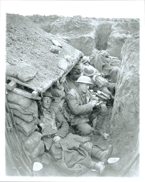 Des soldats canadiens dans une tranchée de la ligne de front, en février 1918.