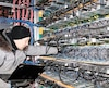Le minage de cryptomonnaies pourrait absorber une grande partie des surplus hydroélectriques. Sur la photo, un technicien de Bitfarms entretient les serveurs de l'entreprise à Saint-Hyacinthe l'hiver dernier. La PME québécoise de chaîne de blocs et de minage compte 90employés dans quatre sites.