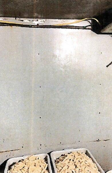 Des « gouttelettes d'eau souillée » tombaient dans des contenants de pommes de terre blanchies non couvertes, ont indiqué les inspectrices dans leur rapport.