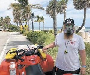 Le sauveteur Matt Botts et ses collègues ont dû porter des masques pour travailler sans être incommodés par les vapeurs.