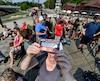 Les curieux se sont massés par dizaine sur le quai de la plage Jacques-Cartier, à Cap-Rouge, afin d'observer le rare phénomène astrologique qu'est l'éclipse solaire partielle.