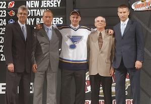 Jarmo Kekäläinen (deuxième à gauche) en compagnie, notamment, du premier choix des Blue de St. Louis de 2004, Mark Schwarz.