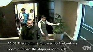 Deux agents de l'équipe d'exécution du Mossad, en tenue de sport ont suivi leur cible, Mahmoud Al-Mabhouh, dans l'ascenseur de l'hôtel et les corridors pour connaître son numéro de chambre et l'y attendre plus tard pour l'exécuter.
