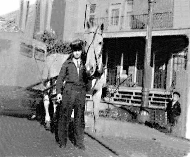 En mai 1960, Yves Nantel commençait à opérer une «run de lait» à cheval, dans le quartier de Verdun.