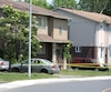 Un périmètre de sécurité a été érigé une bonne partie de la journée dans ce petit quartier résidentiel de Brossard. Le voisin de la femme dans la soixantaine a contacté le 911 après avoir constaté que le gazon n'avait pas été coupé depuis un moment.