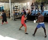 Des boxeurs s'entraînent dans le gymnase Rafael Trejo.