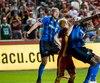 Le retour de Laurent Ciman (à gauche) vient assurément ajouter de l'expérience et de la qualité à la ligne défensive.