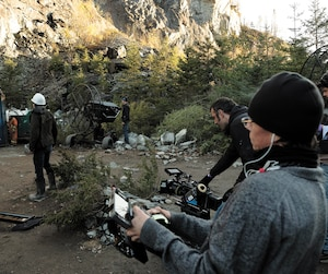 Pour les besoins du scénario, les producteurs et le réalisateur de The Hummingbird Project ont arpenté le Québec pour trouver une falaise qu'ils ont finalement dénichée près de Thetford Mines.
