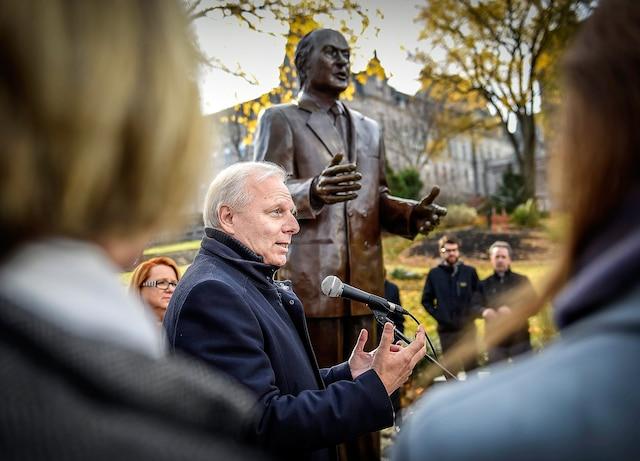 Un peu plus tôt, M.Lisée, chef du Parti québécois, avait prononcé un discours devant la statue de René Lévesque à Québec.