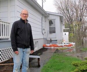 Guy Viau, résident de la rue Jacques-Cartier, a loué un camion de déménagement pour vider sa maison, craignant que l'eau n'atteignent le niveau de son plancher dans les prochains jours.