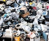 La surproduction d'articles électroniques a des conséquences sur l'environnement, puisqu'ils nécessitent des matériaux rares et ne sont pas toujours recyclés.