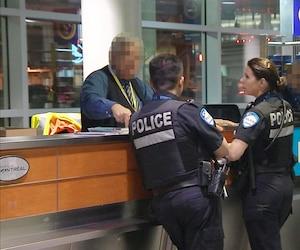 C'est la police de Montréal qui assure la sécurité armée à l'aéroport. Six agents sont sur place en tout temps, mais seulement trois sont disponibles pour patrouiller dans toute l'aérogare et, dans la pratique, ce sont souvent deux agents qui sont mobiles.