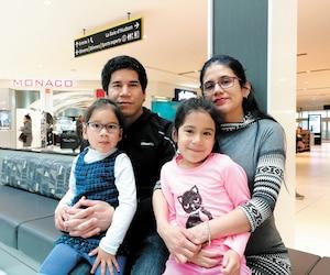LeQuébécois d'origine péruvienne Luis Melendez et sa femme Marcia Bocanegra sont repartis de zéro à leur arrivée ici. En quelques années seulement, ils ont gravi les échelons un à un. On les voit ici avec leurs enfants Mariela, 3 ans, et Eleonore, 5 ans, aux Promenades Saint-Bruno, jeudi dernier.
