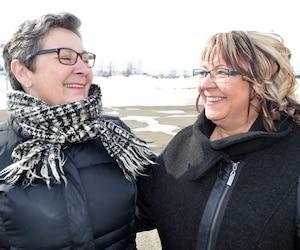 Mariette Lévesque et Éliane D'Anjou se voient encore souvent depuis leur rémission, comme c'est le cas ici à La Pocatière où elles ont dîné ensemble.