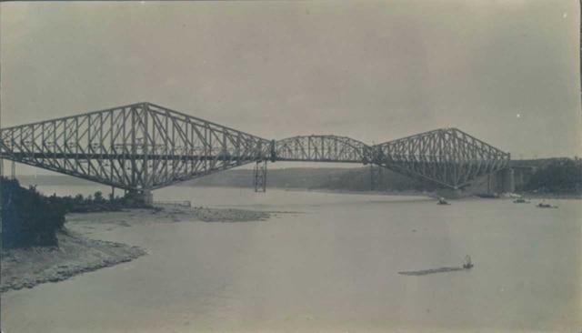 Le deuxième pont de Québec avec sa travée centrale hissée, en septembre 1917.