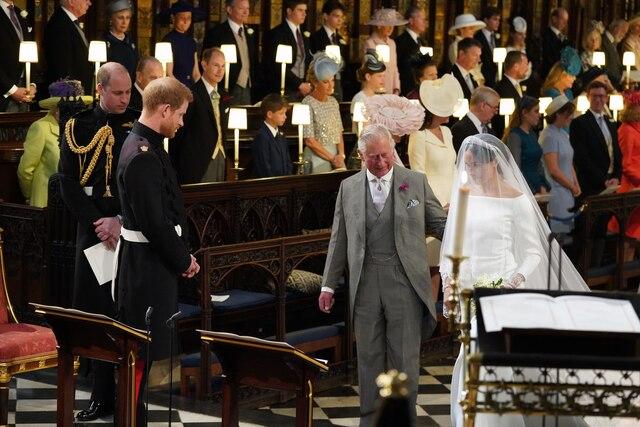 Meghan arrive aux bras du prince Charles.
