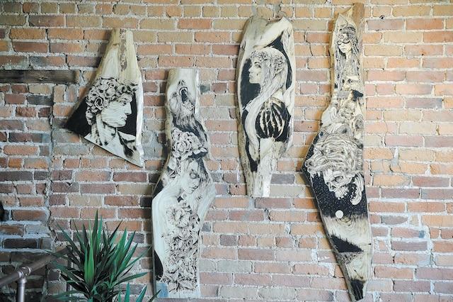 Le caricaturiste du Journal, Ygreck, dévoile une autre facette de son art en exposant des pyrogravures.