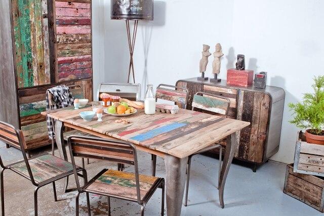 JOYEUX, JOYEUX, JOYEUX! Jamais la tendance industrielle n'a produit de meubles aussi joyeux et rafraîchissants que ceux de la collection Factory de Plum Mobilier. Les couleurs vives et originales du bois des bateaux des pêcheurs d'Indonésie, encastrés dans une armature de métal aux allures aériennes, apportent une touche de gaieté partout, car elles sont offertes dans une grande variété de déclinaisons, qui vont de la chambre au salon.