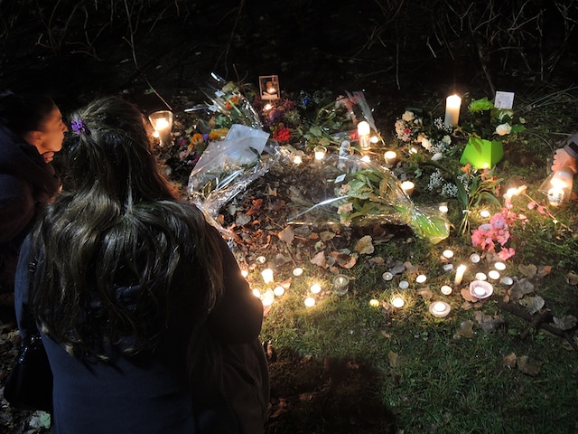 Plusieurs personnes ont rendu hommage à Jenique Dalcourt, hier soir. La grande majorité des personnes présentes sur place ne connaissaient pas la victime, mais étaient tout de même ébranlées par le crime qui a été commis mardi soir.