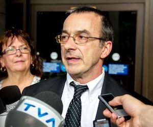 Michel Cadotte, accusé du meurtre au deuxième degré de sa femme, a été libéré sous caution hier. Il était entre autres accompagné par sa sœur France (<i>à gauche</i>), chez qui il va résider, et son avocate Elfriede Duclervil.
