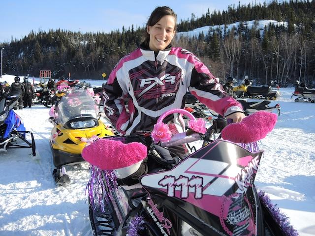 «C'est une bonne façon de ramasser des dons en vivant notre passion», souligne Karine Tremblay, que l'on aperçoit sur sa motoneige décorée aux couleurs du cancer du sein.
