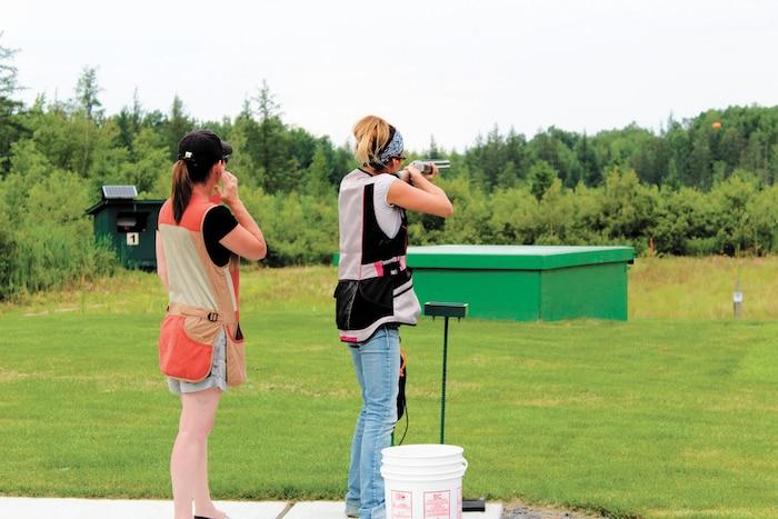 De plus en plus de femmes découvrent le tir au pigeon d'argile et deviennent de réelles adeptes.