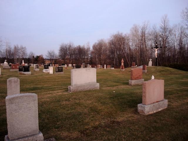 Cécile Cournoyer (en mortaise), qui repose au cimetière de Sainte-Victoire-de-Sorel, aurait modifié son testament en fin de vie sous la pression imposée par l'une de ses filles.