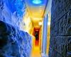 Entre deux murs, Mahfoud Safoine s'est amusé à installer des jeux de lumières colorées pour éclairer son passage étroit.