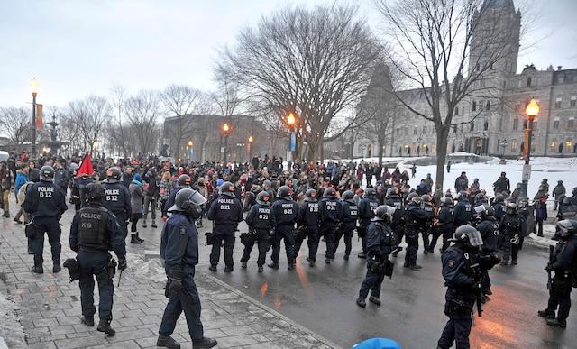 Manifestation devant l'Assemblée nationale.