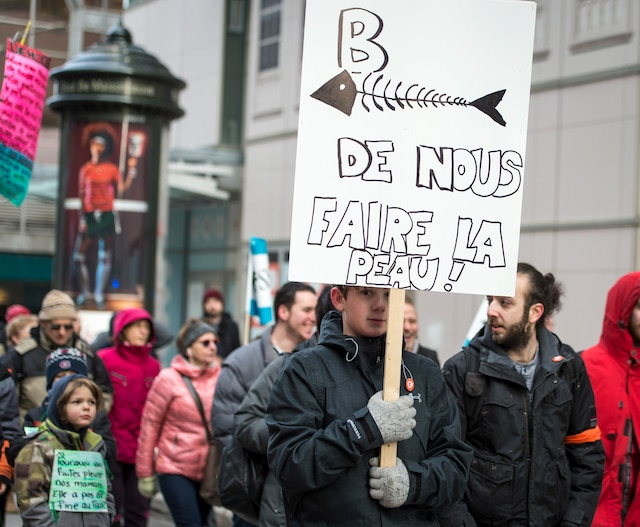 Près d'un millier de personnes ont marché dans les rues de Montréal pour une manifestation organisée par Québec Solidaire pour réclamer la démission du ministre Gaétan Barrette, à Montréal, samedi le 24 février 2018.