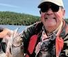 Michel Busch pose fièrement avec ces deux magnifiques truites mouchetées indigènes que nous avons capturées en quelques minutes, dans les eaux du lac Français, en compagnie du guide expert Dave Caron.