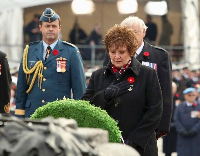Roxanne Priede, une mère décorée de la Croix du Souvenir , se tient devant la tombe du Soldat inconnu, à Ottawa.