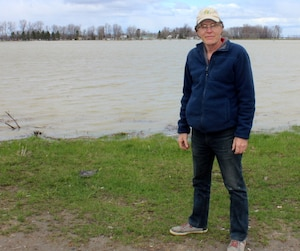 Pierre Ricard n'est pas devant un lac, mais bien devant ses terres agricoles. Il ne voit pas le jour où il pourra semer.