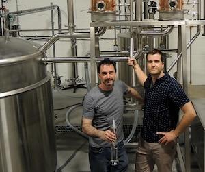 Julien Niquet et Jean-François Théorêt, fondateurs de la distillerie Oshlag à Montréal, distillent leur première vodka aux houblons.