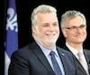 Le premier ministre Philippe Couillard et Jean-Marc Fournier, ministre responsable des Relations canadiennes, lors du lancement, le 1erjuin2017, de la toute première politique d'affirmation du Québec et de relations canadiennes. En mortaise, un aperçu du site web peu populaire qui permet aux internautes de participer au dialogue.