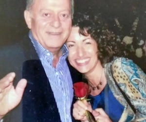 Depuis le meurtre de l'amour de sa vie, Lina Simone ne peut s'empêcher de penser qu'elle en est responsable, puisqu'il l'attendait patiemment au café où il a été tué.