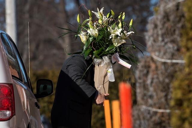 La famille Dion reçoit les condoléances suite au décès de Daniel Dion, le frère de Céline Dion, au Salon Charles Rajotte, à Repentigny, samedi 23 janvier 2016. Sur cette photo: L'arrivée de fleurs.  JOEL LEMAY/AGENCE QMI