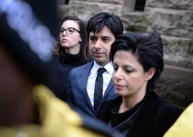 Jian Ghomeshi quittant le palais de justice de Toronto en compagnie de ses avocates, Marie Henein (à droite) et Danielle Robitaille (à gauche).