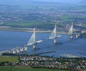 Le Queensferry Crossing, avec ses 2,7 km de long, doit contribuer à réduire la congestion, qui est intense aux heures de pointe.