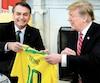Devant les caméras, les présidents Jair Bolsonaro et Donald Trump ont échangé des maillots des équipes nationales de soccer de leur pays.