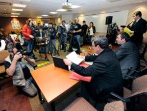 Selon les conseillers indépendants, les journalistes de Québec ont goûté lundi à la même médecine que leur sert le maire Labeaume lors des séances du conseil municipal, pendant lesquels ils ne peuvent poser de questions sans se faire rabrouer, ont-ils exposé.