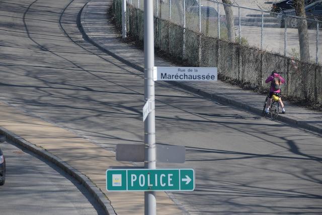 Une employée civile a été incommodée après avoir été en contact avec une «poudre blanche» qui a provoqué un déploiement majeur des services d'urgence, jeudi après-midi à la centrale de police du parc Victoria.